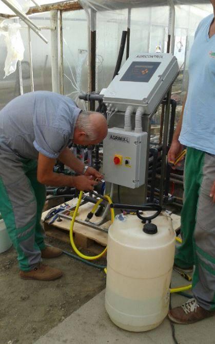 A képen éppen Pál látható, aki a saját AGRIMIX vezérlő rendszerét állítja össze
